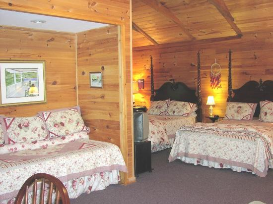 Oak Hill Farm and Cottages: Wolf Lodge (April 1 through Thanksgiving) - 2 queens, 1 twin