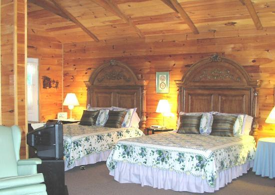 Hiram, ME: Eagle Lodge (April 1 through Thanksgiving) - 2 queens, queen sofa bed
