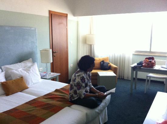 بريما تل أبيب هوتل: Bedroom with big window