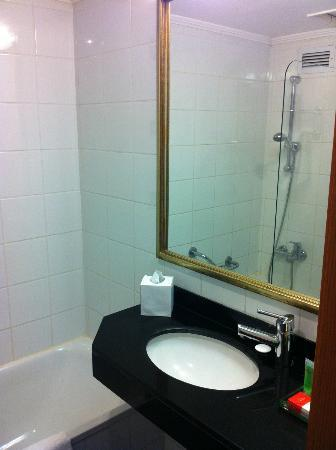 Hotel Prima Tel-Aviv: Tiny Bathroom