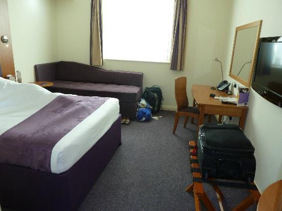 Premier Inn Dubai International Airport Hotel: bedroom1
