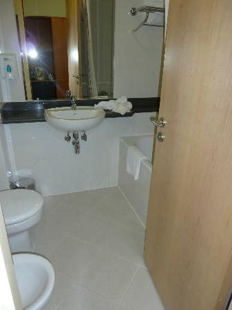 Premier Inn Dubai International Airport Hotel: bathroom