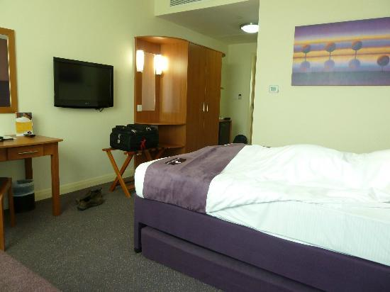 Premier Inn Dubai International Airport Hotel: bedroom 2