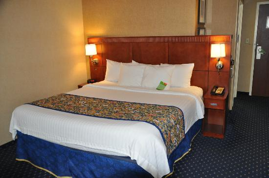 Courtyard Knoxville Airport Alcoa: King size bed in bedroom