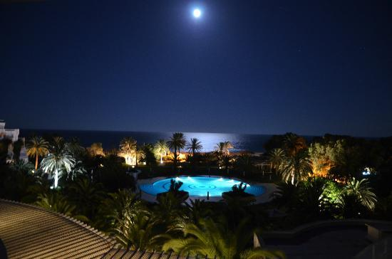 Hotel Oceana Hammamet : Vue de nuit de notre balcon.