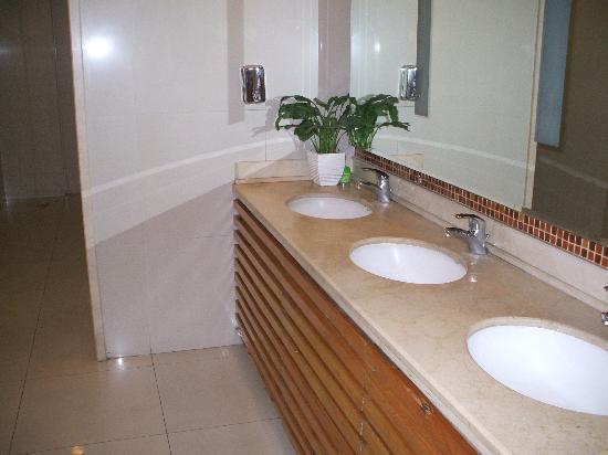Redwall Hotel Beijing: Bathroom