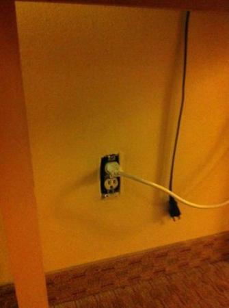 Quality Inn: Room 331 - No outlet covers, fire hazard!
