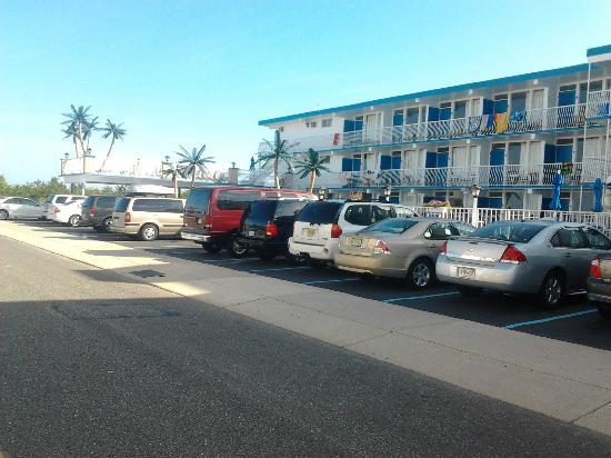 Gondolier Motel: View of the resort and parking