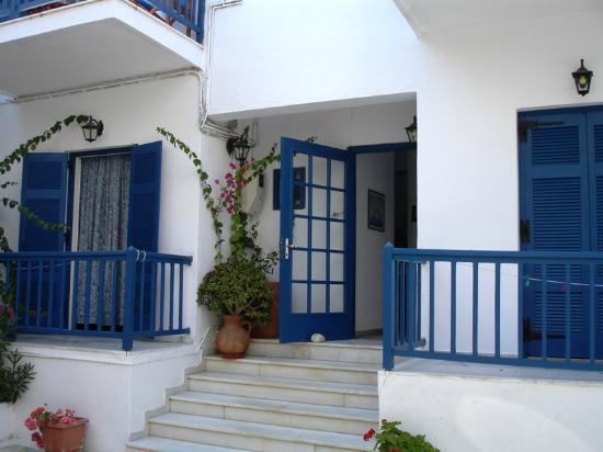 Hotel Sanoudos : Voorzijde entree hotel