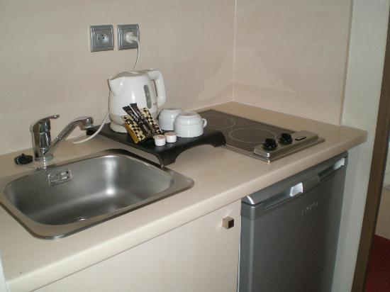 Appart'City Confort Montpellier Ovalie: Kitchenette - no sponge, no detergent liquid, even just to make you have time to buy.