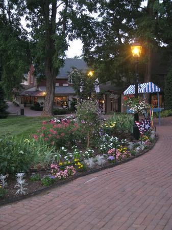 Golden Plough Inn at Peddler's Village: Beautiful Landscaping in Peddler's Village
