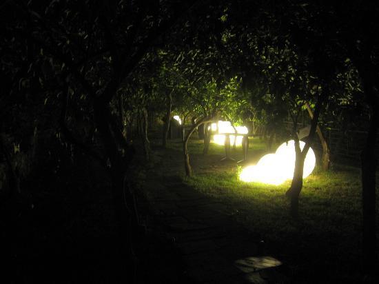 La Casa Dei Limoni: Trädgården, upplyst på kvällen 