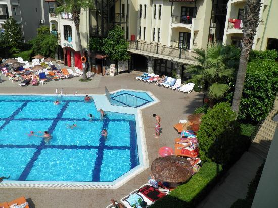 كلوب تركويز أبارتمنتس: pool view from room f5 