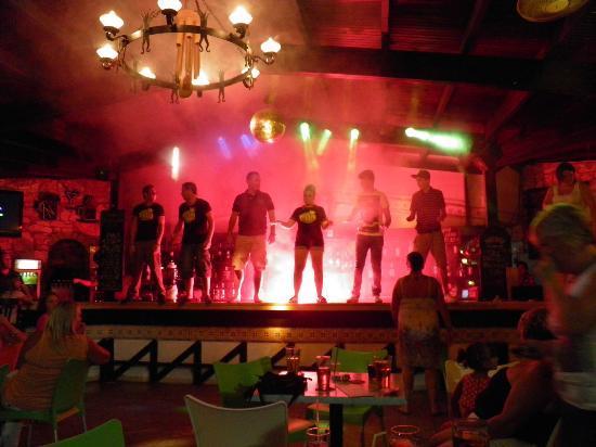 كلوب تركويز أبارتمنتس: bar dancing 