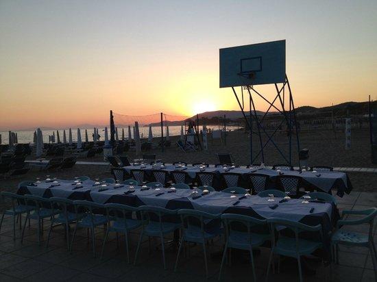 Ristorante Pizzeria Bagno il Faro : Tutto pronto per la cena all'aperto sul campo