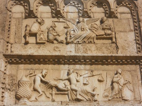 Basilica di San Pietro: dett. bassorilievi della facciata