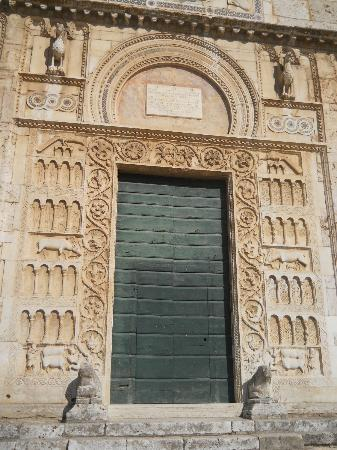 Basilica di San Pietro: portale