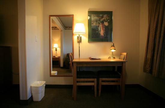 New Victorian Suites Lincoln: Desk in Every Room