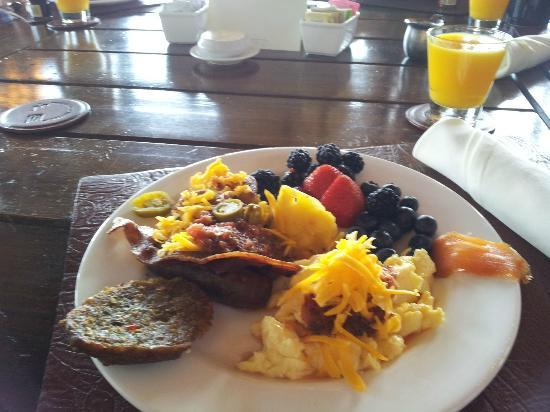 Rough Creek Lodge: Plate from breakfast buffett