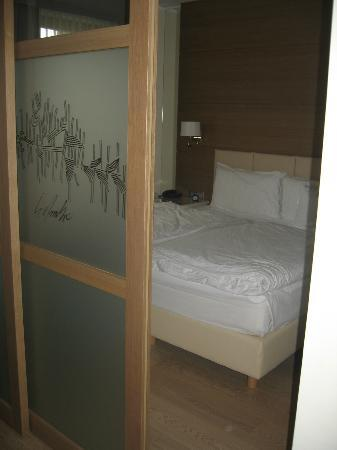 Napura Art & Design Hotel: Slaapkamer met schuifwand