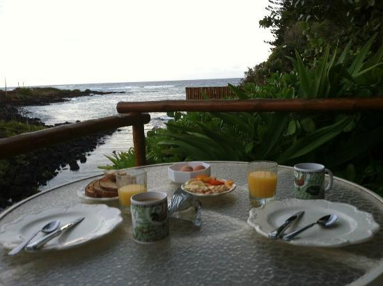 Coastline Cottages : Breakfast on the Lanai