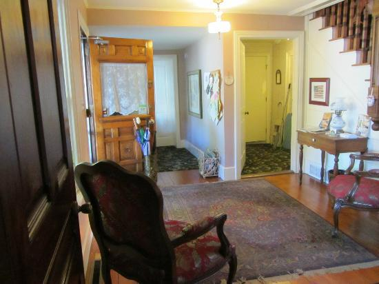 Twin Oaks Inn: entry way