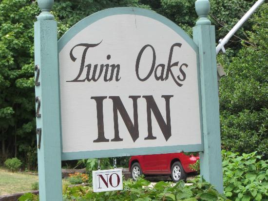 ‪‪Twin Oaks Inn‬: welcome sign