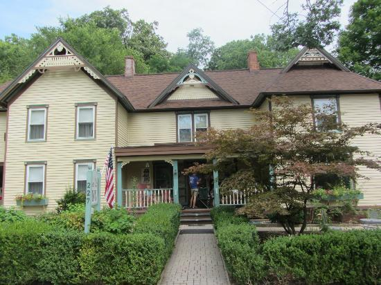 Twin Oaks Inn: front of B & B