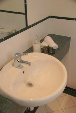 Motel on York: Bathroom