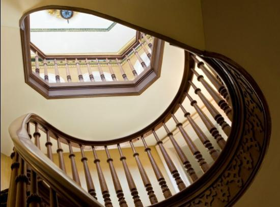 Mansion Hill Inn: Spiral Staircase