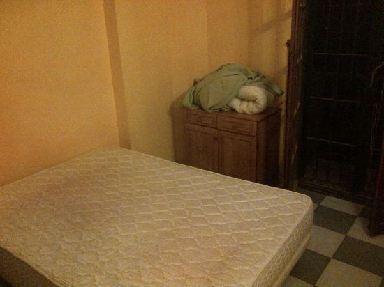 Aparthotel Navila: Bedroom with dirty sheets; give a look at the window!