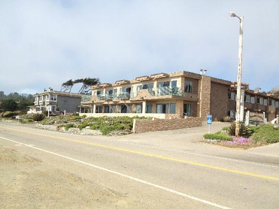 ‪‪Cambria‬, كاليفورنيا: View from the beach cliff across the very small 2 lane street