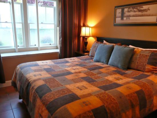 Abbeymoore Manor Bed and Breakfast Inn: sleeping on a cloud