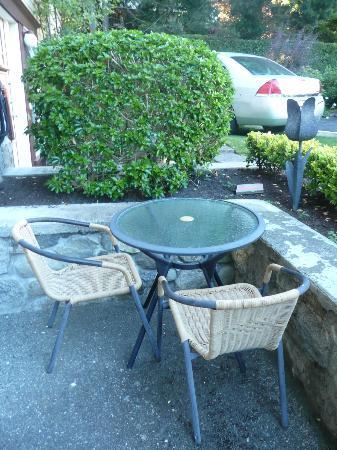 Abbeymoore Manor Bed and Breakfast Inn: al fresco dining at our suite