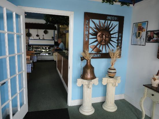 Greek 4 U Restaurant: A cute little atrium welcomes you to the restaurant.
