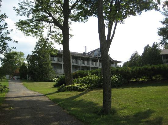 Country House Resort: Hotel Looking up the Path from Sister Bay