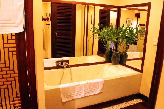AMANJAYA Pancam Suites Hotel : The tub!!