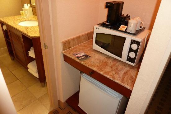 Crowne Plaza Houston River Oaks: fridge/microwave
