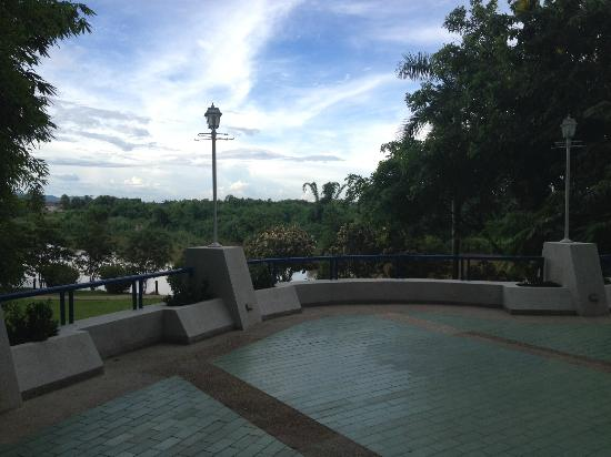 Dusit Island Resort, Chiang Rai: Patio outside the Lobby Lounge