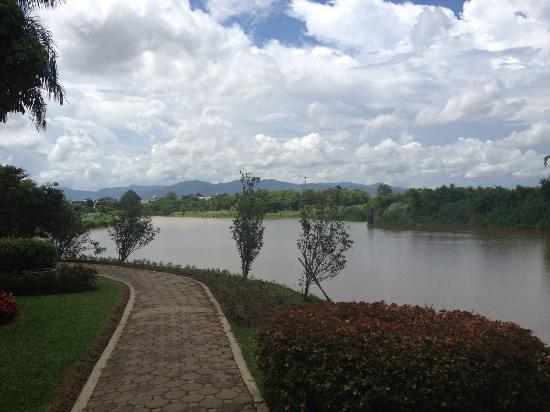 Dusit Island Resort, Chiang Rai: Walk-way along the Mae Kok River