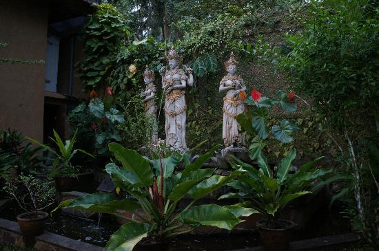 Villa Sarna Ubud: goddesses in the garden