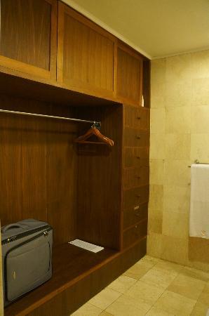 Villa Sarna Ubud: Arjuna villa closets