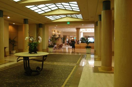 Crowne Plaza Redondo Beach & Marina: Huge lobby area