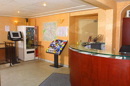 Hotel Little : Reception desk and Internet point