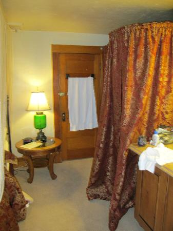 Avenue Hotel Bed and Breakfast : The bathroom was en suite.