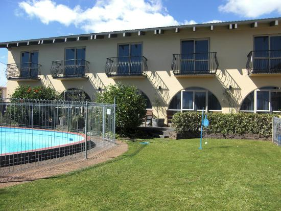 299 on Devon West Motel: Private courtyard and pool
