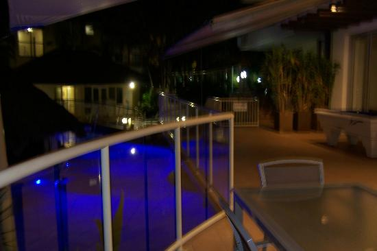 Noosa International Resort: pool at night
