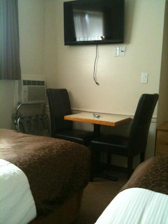 Swiss Chalet Motel: twin bed room