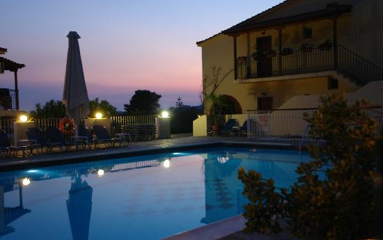 Hermes Apartments: The pool area in the evening