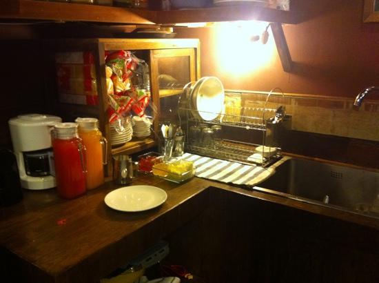 Suneta Hostel Khaosan: 自由に使えるキッチン